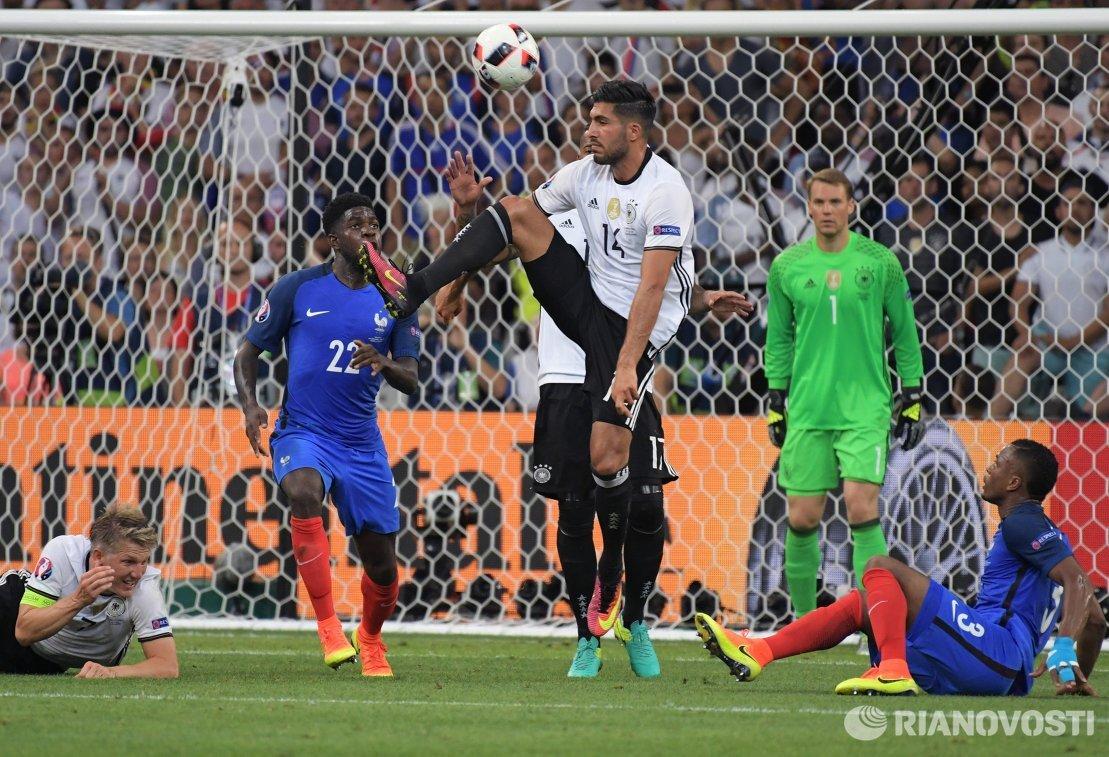 Игровой момент матча 1/2 финала чемпионата Европы по футболу - 2016 Германия - Франция