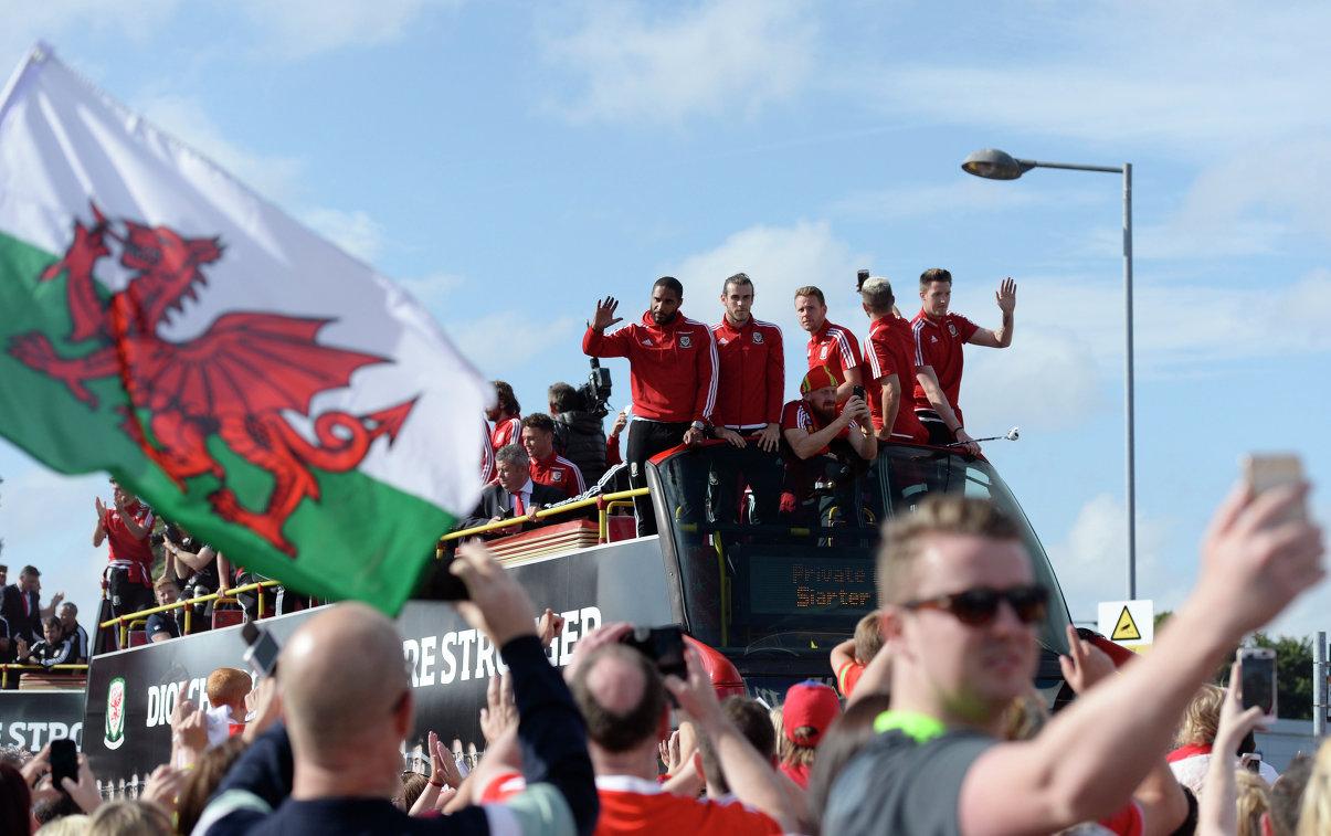 Фанаты встречают сборную Уэльса по футболу
