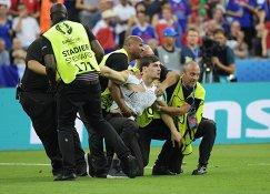 Стюарды блокируют выбежавшего на поле французского болельщика