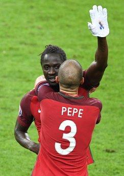 Защитник сборной Португалии Пепе (на первом плане) поздравляет автора гола в ворота Франции Эдера в финальном матче