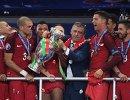Футболисты и главный тренер сборной Португалии Фернанду Сантуш на церемонии награждения