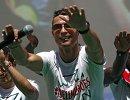 Нападающий сборной Португалии Криштиану Роналду во время празднования в Лиссабоне в честь победы на чемпионате Европы