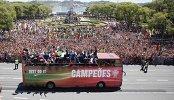 Болельщики сборной Португалии приветствуют футболистов национальной команды после победы на чемпионате Европы