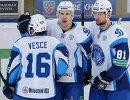 Хоккеисты Динамо (Минск) Райан Веске, Шарль Лингле и Иван Шварны (слева направо)