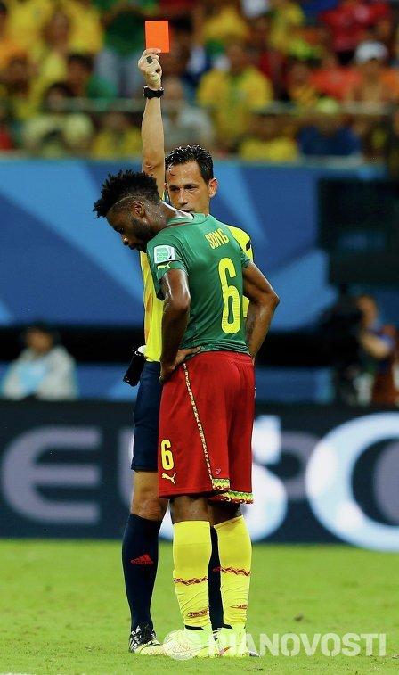 Полузащитник сборной Камеруна Алекс Сонг получает красную карточку.